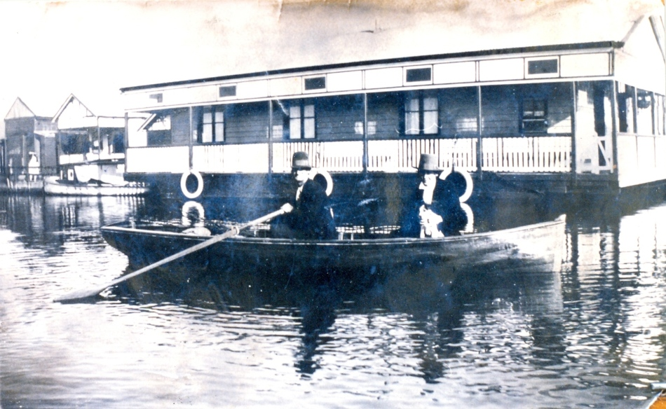 'Fisho' Jack Richardson's houseboat (built 1930). Men in boat L to R - old Dave Walters (Tiddly) and son Sam